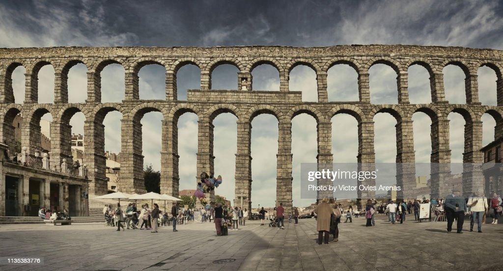 Front view of the Roman Aqueduct (or aqueduct bridge) from Azoguejo Square in Segovia, Spain : Foto de stock