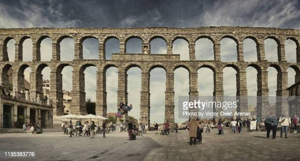 front view of the roman aqueduct (or aqueduct bridge) from azoguejo square in segovia, spain - {{asset.href}} stockfoto's en -beelden