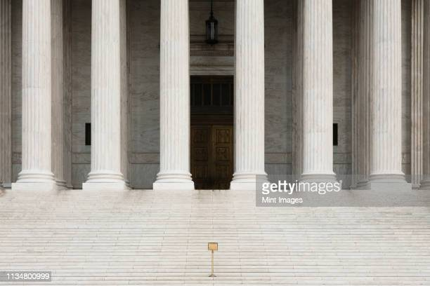 front view of the supreme court building - politics and government imagens e fotografias de stock