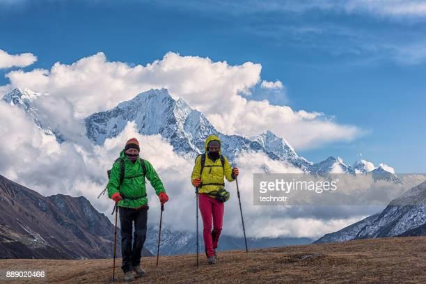 vista frontal do himalaia trekking do jovem casal, ama dablam no fundo - ponto turístico nacional - fotografias e filmes do acervo
