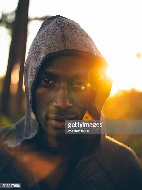 前のショットのアフリカ系アメリカ人のアスリート集中