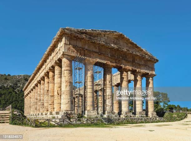 frontal view of the majestic doric temple of segesta, sicily, italy - archeologia foto e immagini stock
