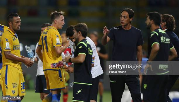 Frosinone Calcio head coach Alessandro Nesta speaks with his players during the Serie B match between Frosinone Calcio and Benevento Calcio at Stadio...