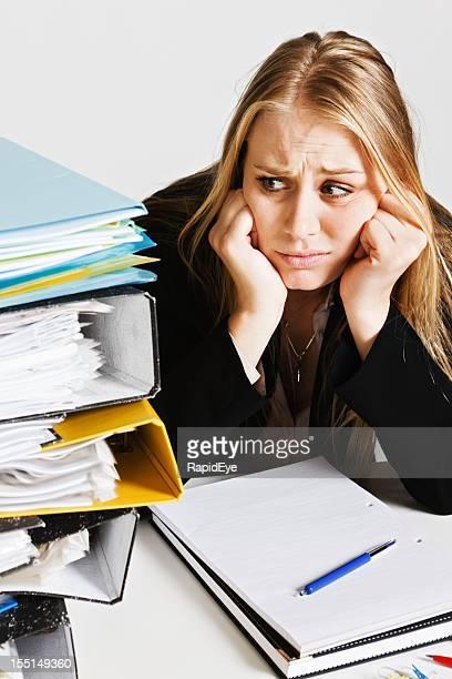 Stirn runzeln junge Geschäftsfrau Augen großen Stapel Arbeit nervously
