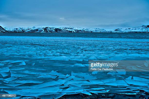 frozen estuary of dyrholaey iceland - land geografisches gebiet stock-fotos und bilder
