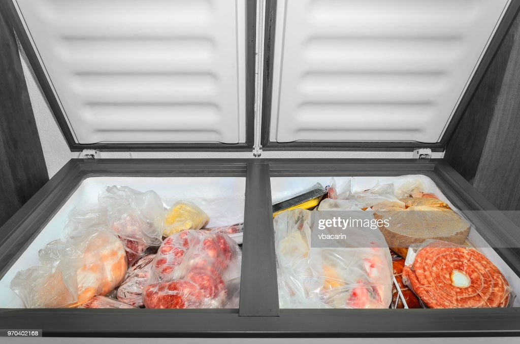 Gefrorene Lebensmittel in der Tiefkühltruhe. : Stock-Foto
