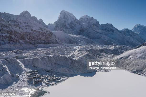 frozen lake and himalayas range, gokyo ri, solu khumbu, everest region, nepal - gokyo ri ストックフォトと画像