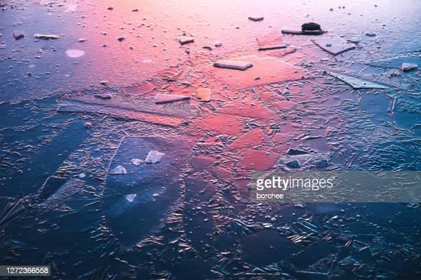 lago ghiacciato all'alba - viola colore foto e immagini stock