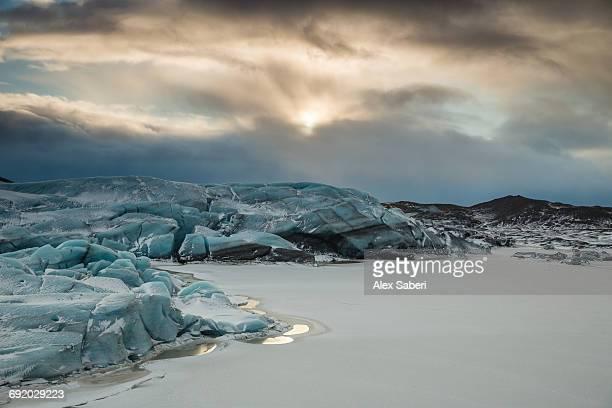 a frozen lake in skaftafell national park, iceland. - alex saberi imagens e fotografias de stock