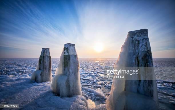 Bevroren meer met een ijzige Polen tijdens zonsopgang