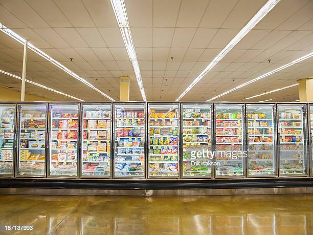frozen section of grocery store - 冷凍庫 ストックフォトと画像