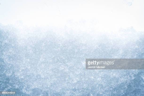 frozen snow window - glas materiaal stockfoto's en -beelden