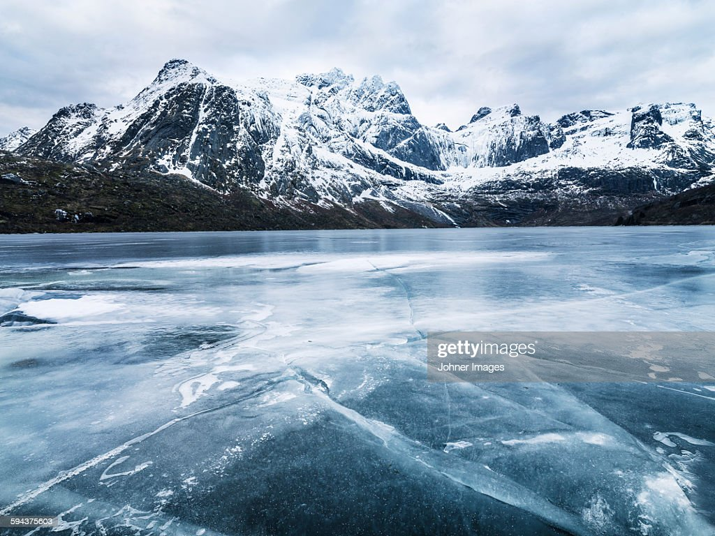 Frozen water and mountain range on background : Stock-Foto