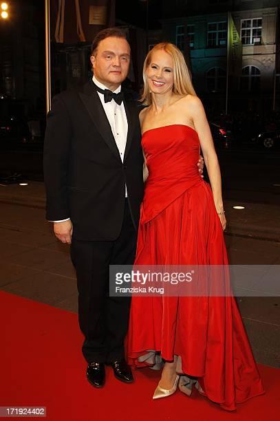 Fürst Alexander Zu SchaumburgLippe Mit Ehefrau Nadja Bei Der Ankunft Zur Bambi Verleihung 2011 In Den Rhein Main Hallen In Wiesbaden