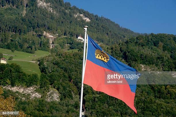 Fürstentum Liechtenstein, , Flagge des Fürstentums an der Landesgrenze am Rhein