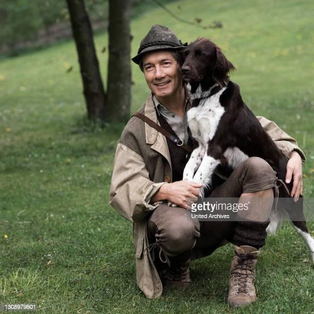 Förster Rombach kümmert sich um einen jungen Wolf. Regie: Klaus Grabowsky aka. Lupus heisst der Wolf / Überschrift: FORSTHAUS FALKENAU.