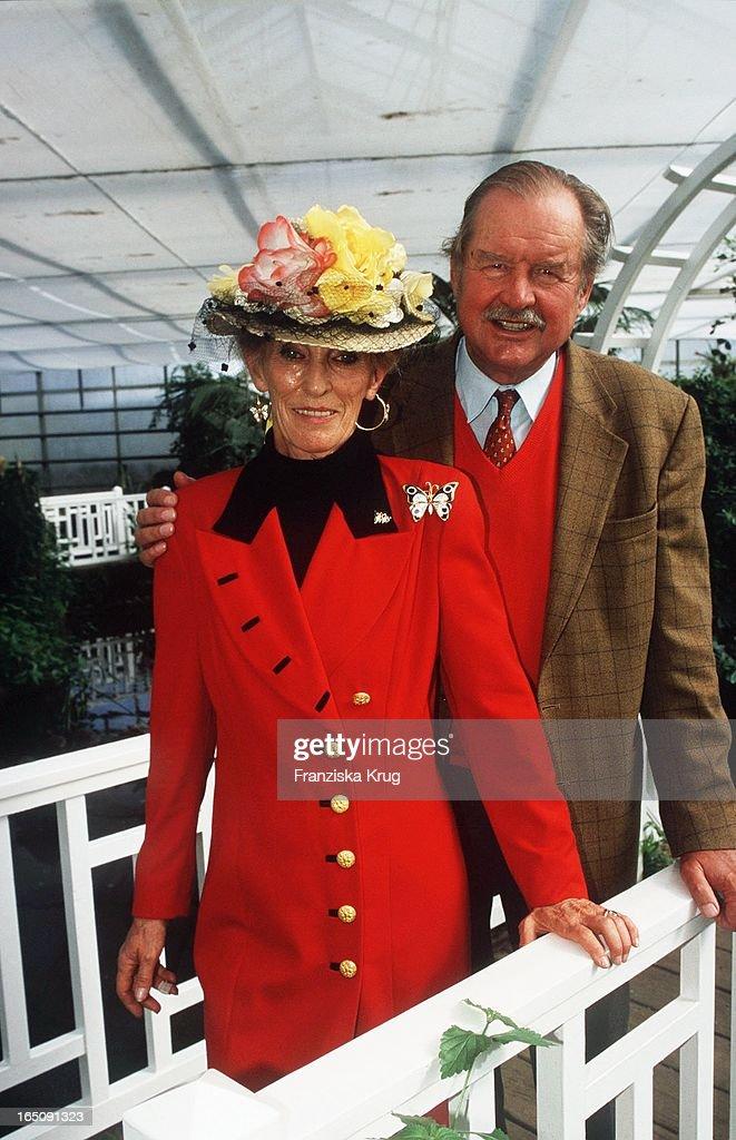 Fürstin Elisabeth Von Bismarck + Ihr Ehemann Ferdinand Öffnen Zu : News Photo