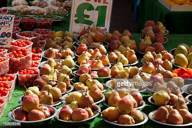 fruit and vegetable market stall - andrew dernie stock-fotos und bilder