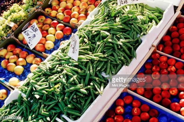fruit and vegetable stand - bancarella di verdura foto e immagini stock