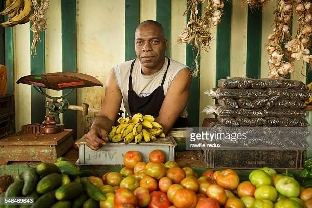 a fruit and vegetable vendor - cuba fotografías e imágenes de stock