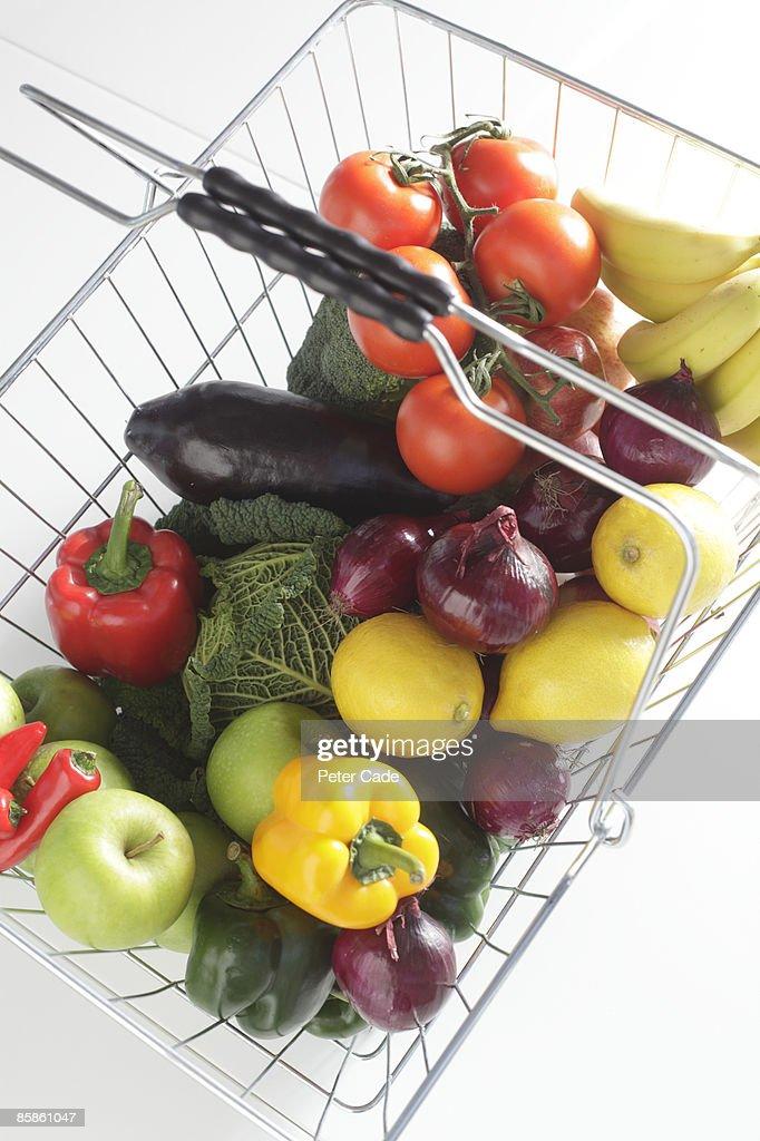 Fruit and Vegetables in basket : Stock-Foto