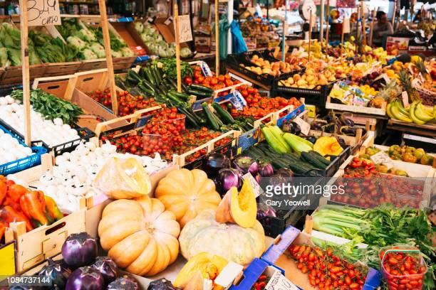 fruit and vegetables on a market stall in palermo - markt stockfoto's en -beelden