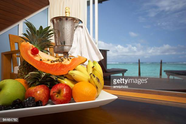canasto de frutas - fruta tropical fotografías e imágenes de stock