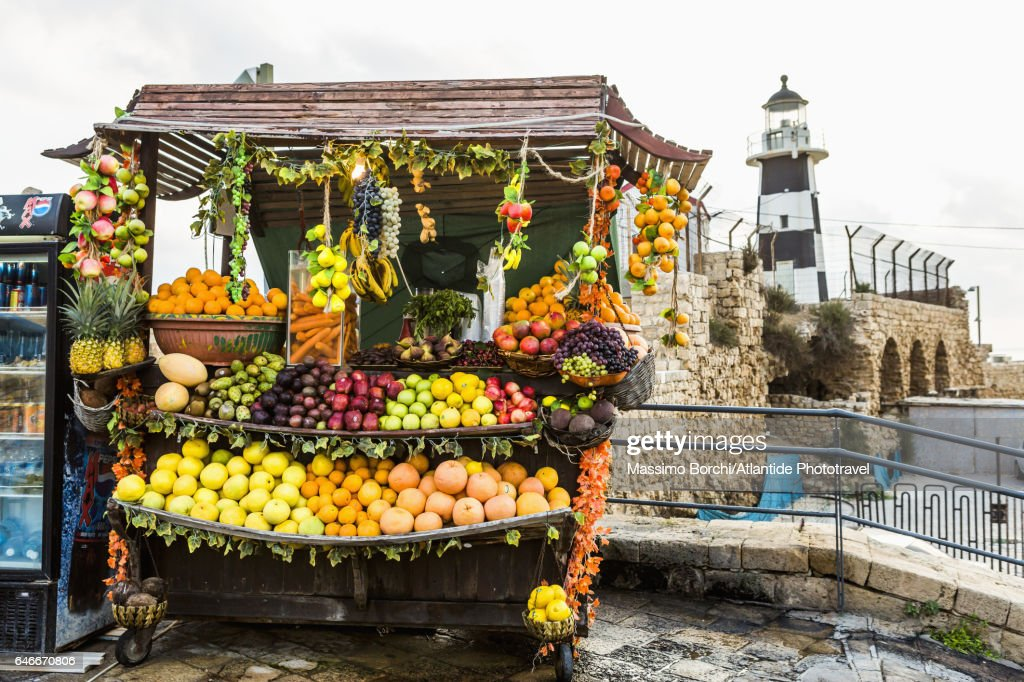 Fruit seller kiosk and the lighthouse : Stock-Foto