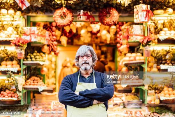 fruit shopping man posing in store - praça imagens e fotografias de stock