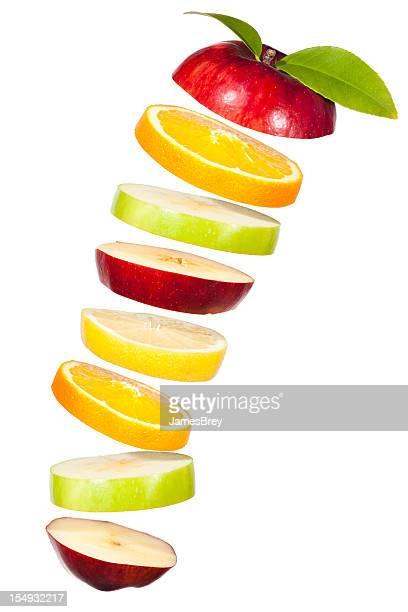 Rebanadas de frutas combinado de aire sobre fondo blanco