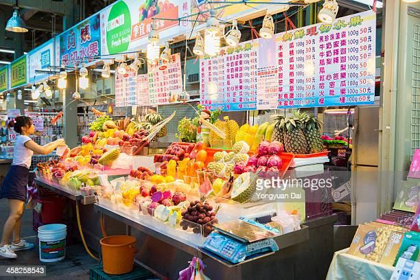 フルーツストアで士林ナイトマーケット - 台湾 ストックフォトと画像
