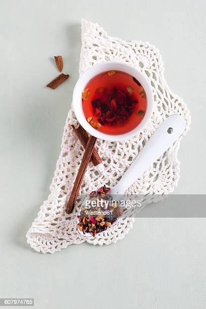 fruit tea in cup, cinnamon, spoon, wintertea - doily fotografías e imágenes de stock