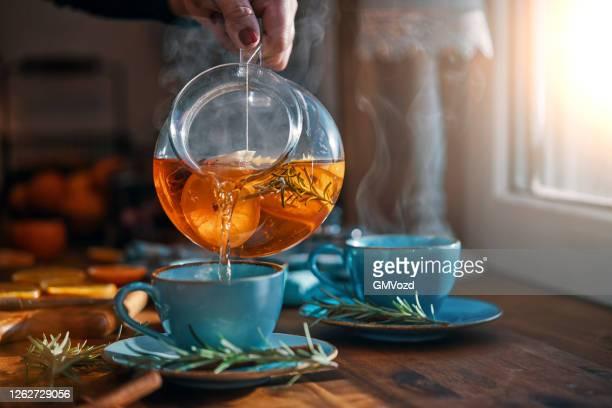 オレンジ、シナモン、ローズマリーのフルーツティー - 温かいお茶 ストックフォトと画像