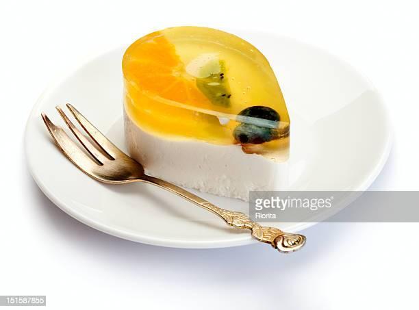 フルーツとケーキのデザートにホワイトのプレート