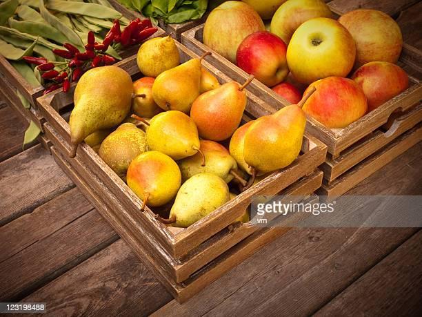 Obst und Gemüse in Holz Kisten auf Vintage Holz Bretter