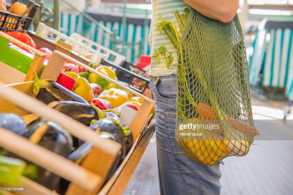 Groenten en fruit in een katoenen mesh herbruikbare tas, Zero Waste Shopping concept : Stockfoto