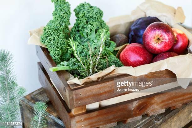 fruits and vegetables in wooden crate - rodekool stockfoto's en -beelden