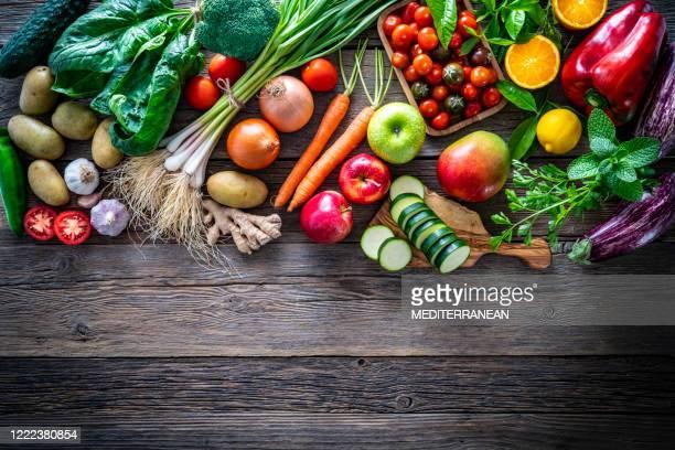 comida vegetariana de frutas y verduras en tablero de madera rústica - fruta fotografías e imágenes de stock