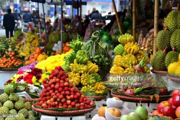 fruits for sale at market stall - tropische frucht stock-fotos und bilder