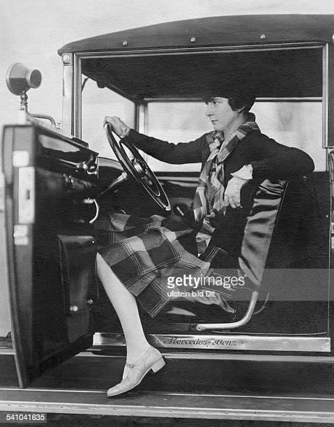Fräulein FeuerheerdGolfspielerin in einem Mercedes Benz 1933Foto Lebenbaum