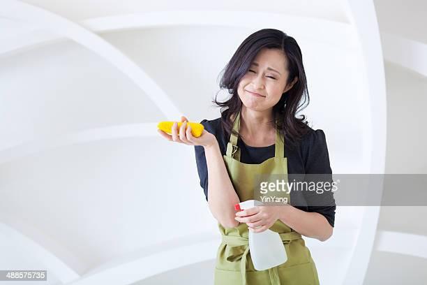 とにかく Frustrated 、アジア、日本の主婦クリーニングしている女性のハウスキーピング