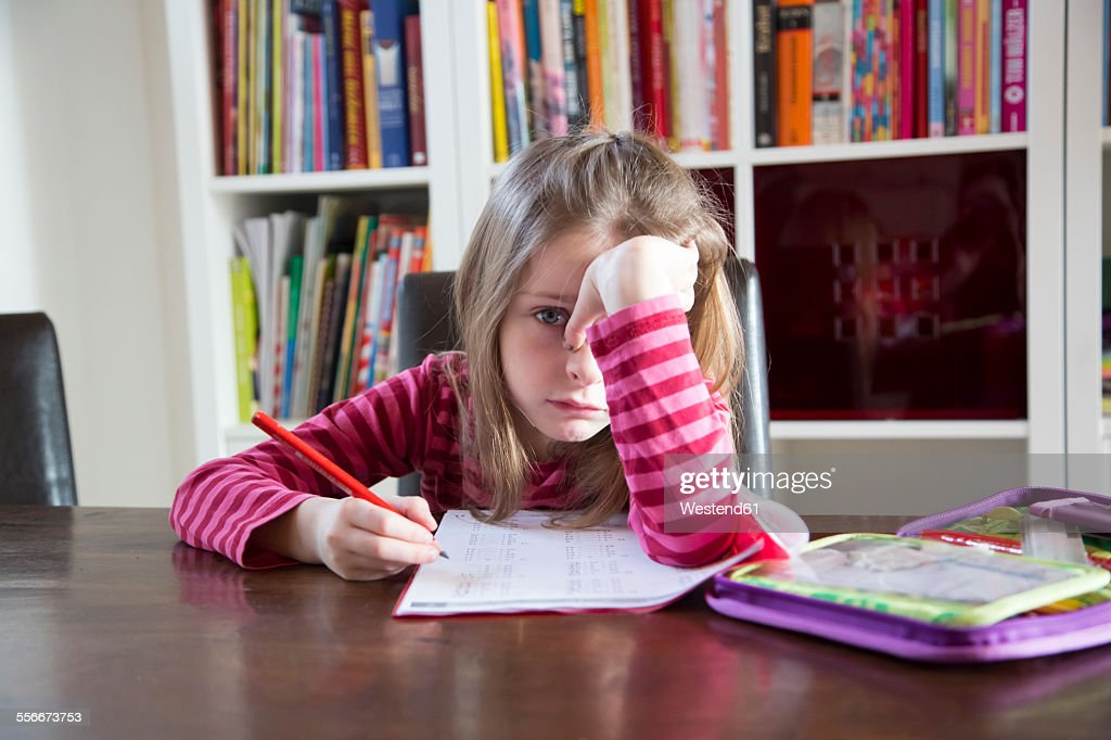 Frustrated girl doing homework : Stock-Foto