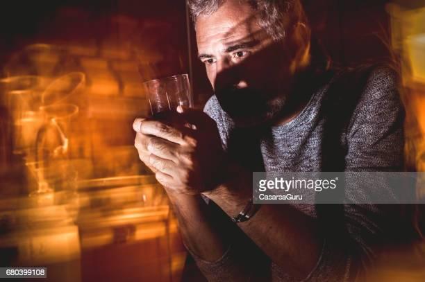 Gefrustreerde Man met glas Alcohol
