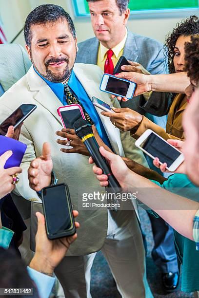 Frustré homme parle pour les journalistes