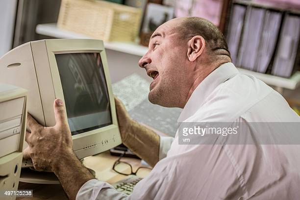 Frustriert Büroberuf schreien am computer-Bildschirm