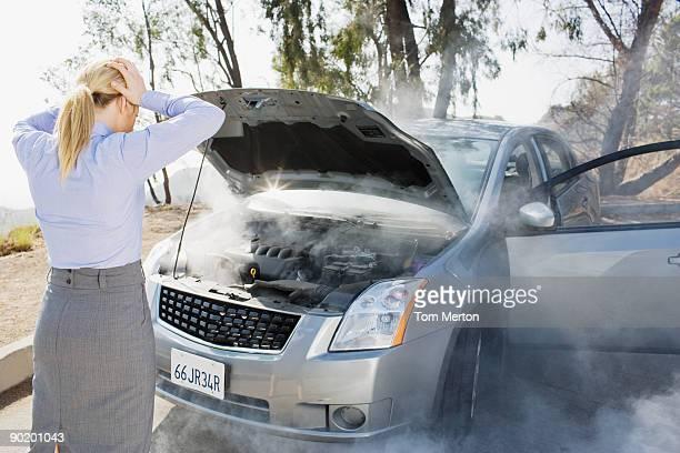 Verärgert Frau, die auf das Rauchen Auto-Motor