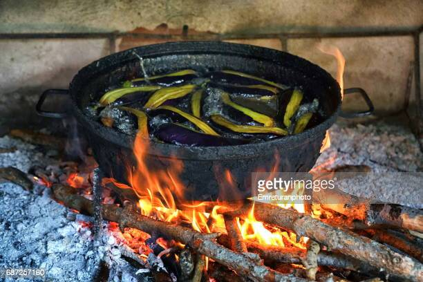 frying eggplants in a large pan. - emreturanphoto stock-fotos und bilder