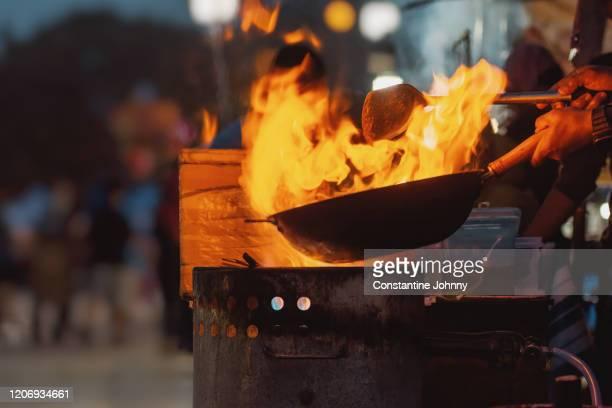 frying pan in burning flames - gourmet küche stock-fotos und bilder