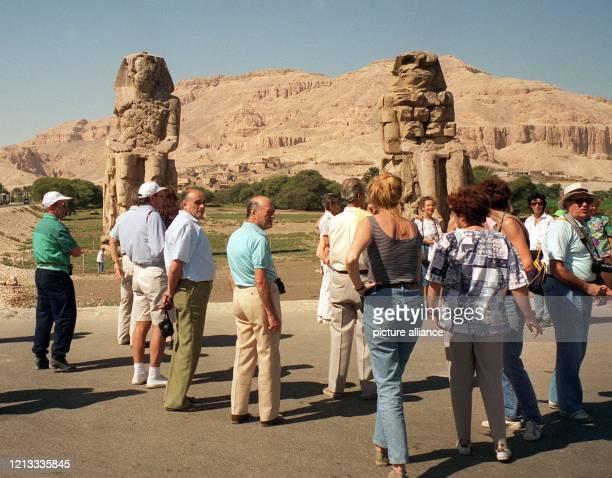 \fs12\ \fs16\Touristen betrachten nahe der oberägyptischen Stadt Luxor die Kolosse von Memnon . Die 21 Meter hohen Sitzfiguren sind eine der...