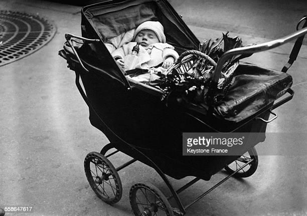 Fête du muguet dans les rues de Paris France le 1 mai 1930